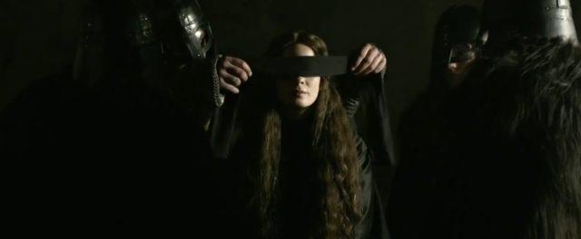 Dina musí zachránit svou matku před popravou kvůli čarodějnictví.